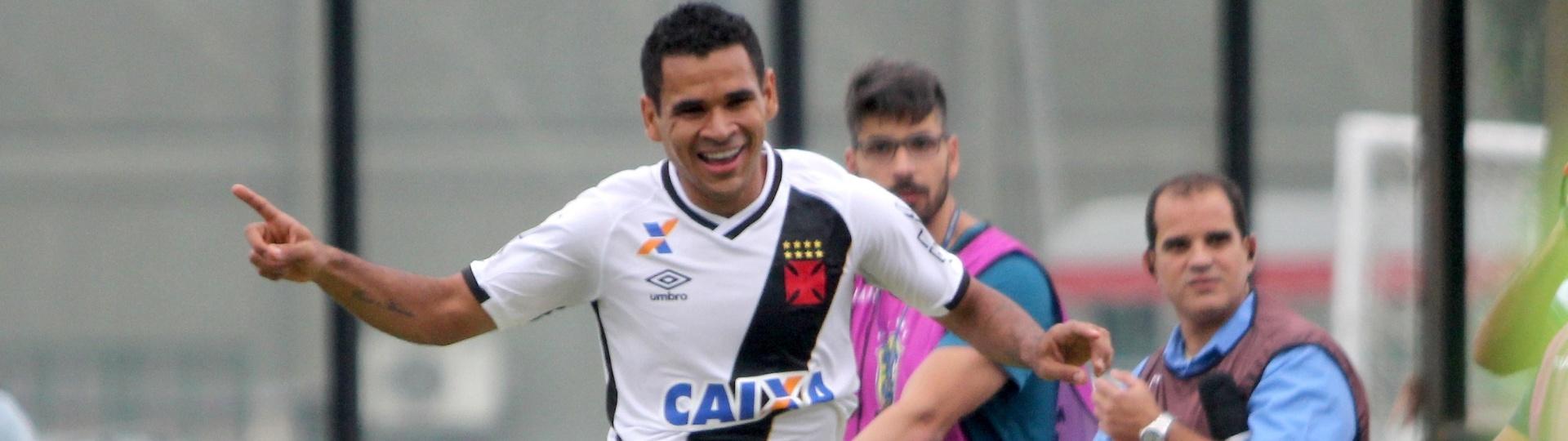 Éderson celebra gol marcado para o Vasco diante do Atlético-GO