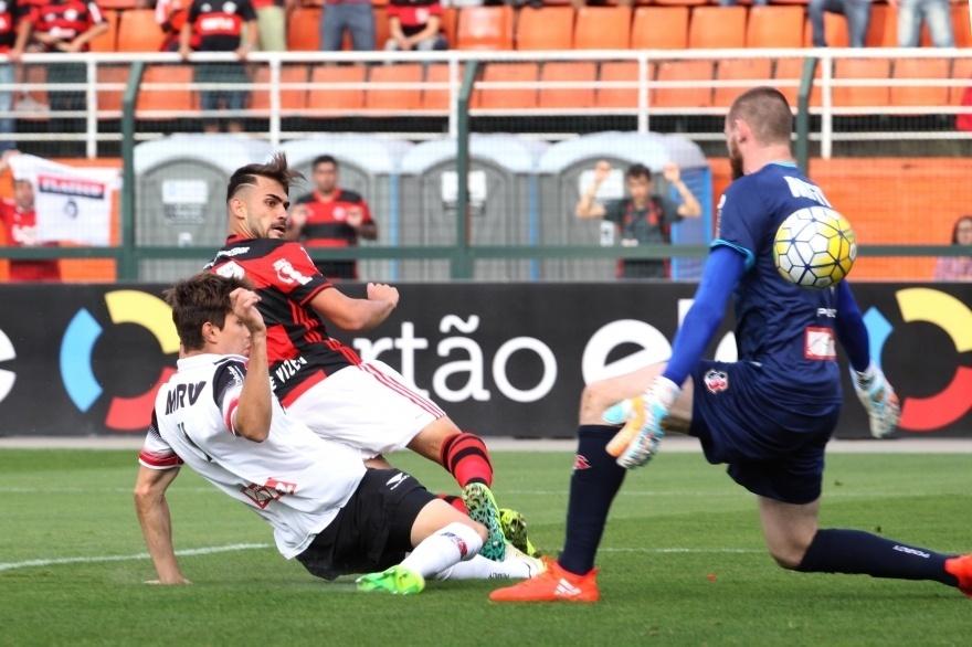 Felipe Vizeu toca na saída de Edson Kolln para marca para o Flamengo contra o Santa Cruz