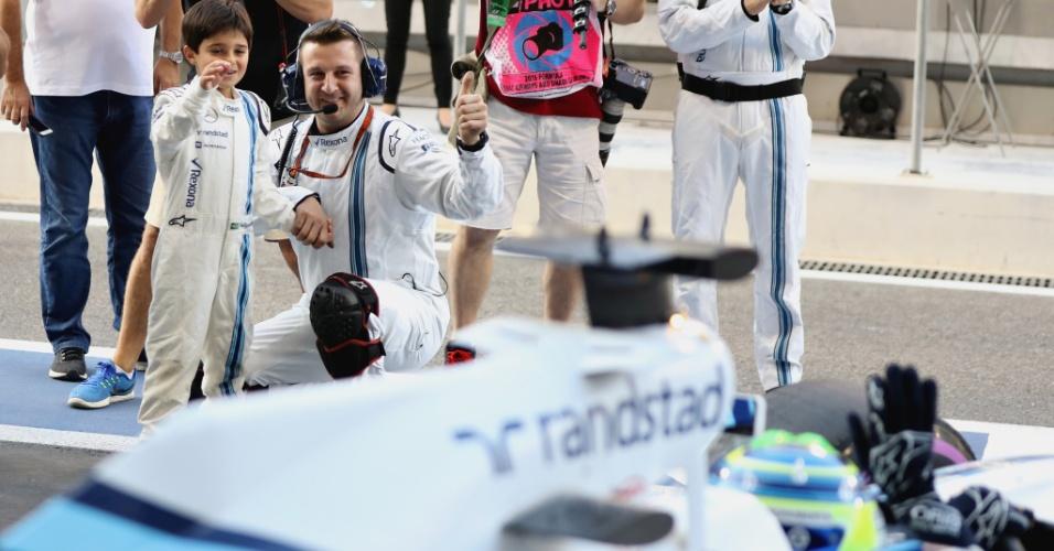 Felipe Massa deixa os boxes em sua última corrida na F1 e seu filho, Felipinho, faz homenagem