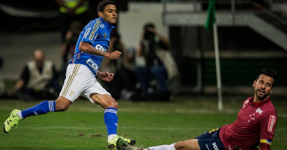 Cleiton Xavier bate no canto esquerdo de Fábio e abre o placar para o Palmeiras