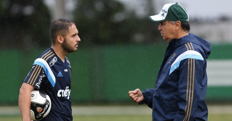 Régis e Marcelo Oliveira conversam durante treino do Palmeiras na Academia de Futebol