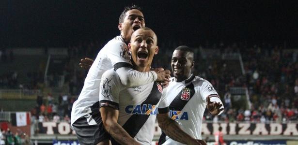 Leandrão comemora e é abraçado pelos companheiros de Vasco: ele fez dois gols