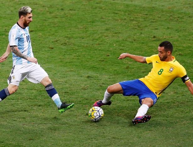 Renato Augusto disputa jogada com Messi, no Mineirão