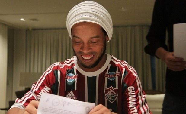Ronaldinho Gaúcho assina seu contrato com o Fluminense até o fim de 2016