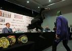 Adversário de Klitschko se veste de Batman e nocauteia Coringa em coletiva - Andrew Couldridge/Reuters