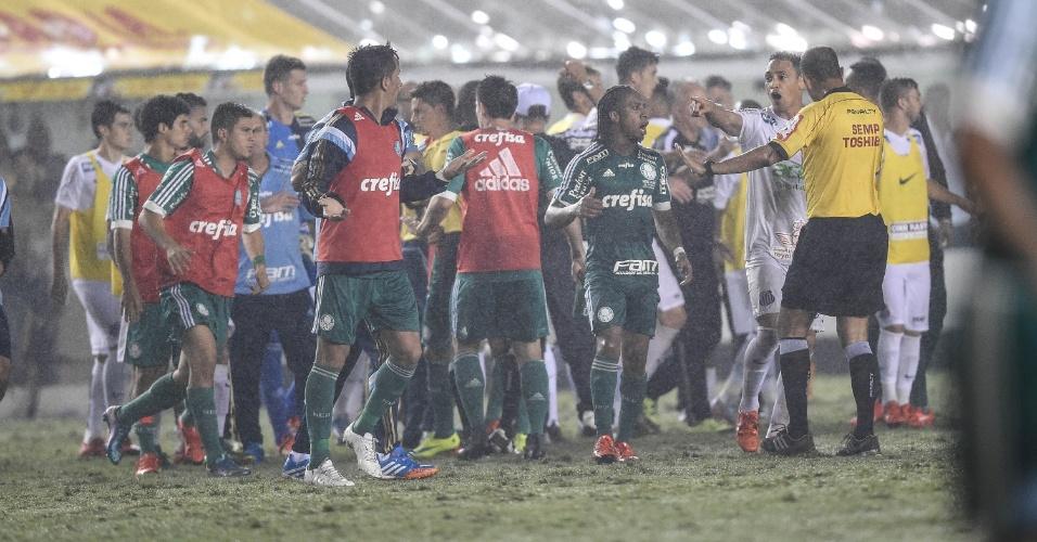 Confusão após o apito final da partida entre Santos e Palmeiras, na Vila Belmiro