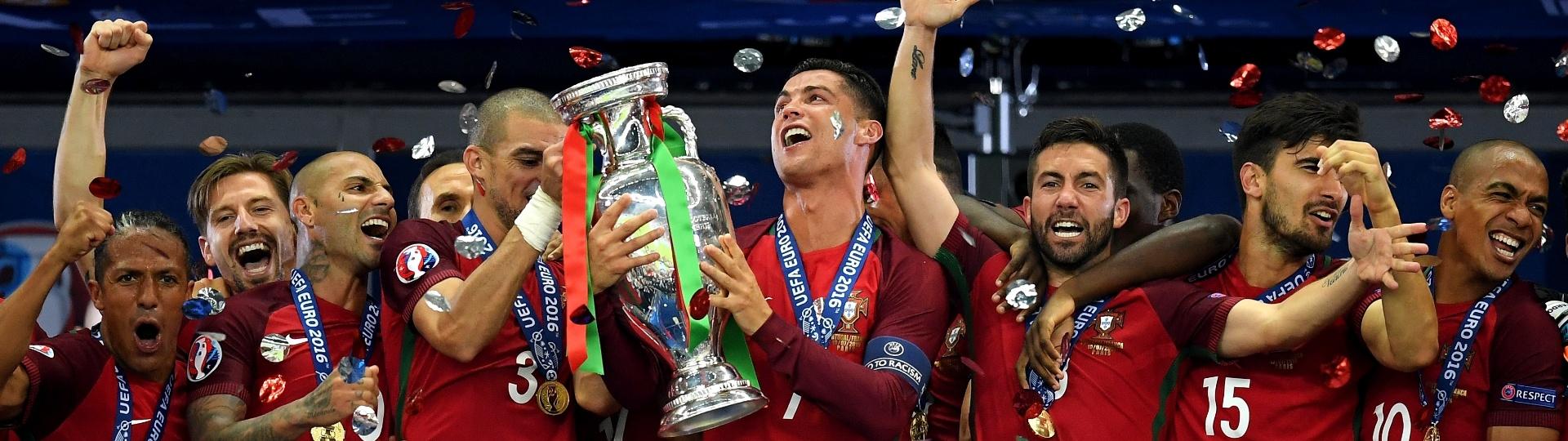 Cristiano Ronaldo, capitão de Portugal, ergue a taça da Eurocopa na França