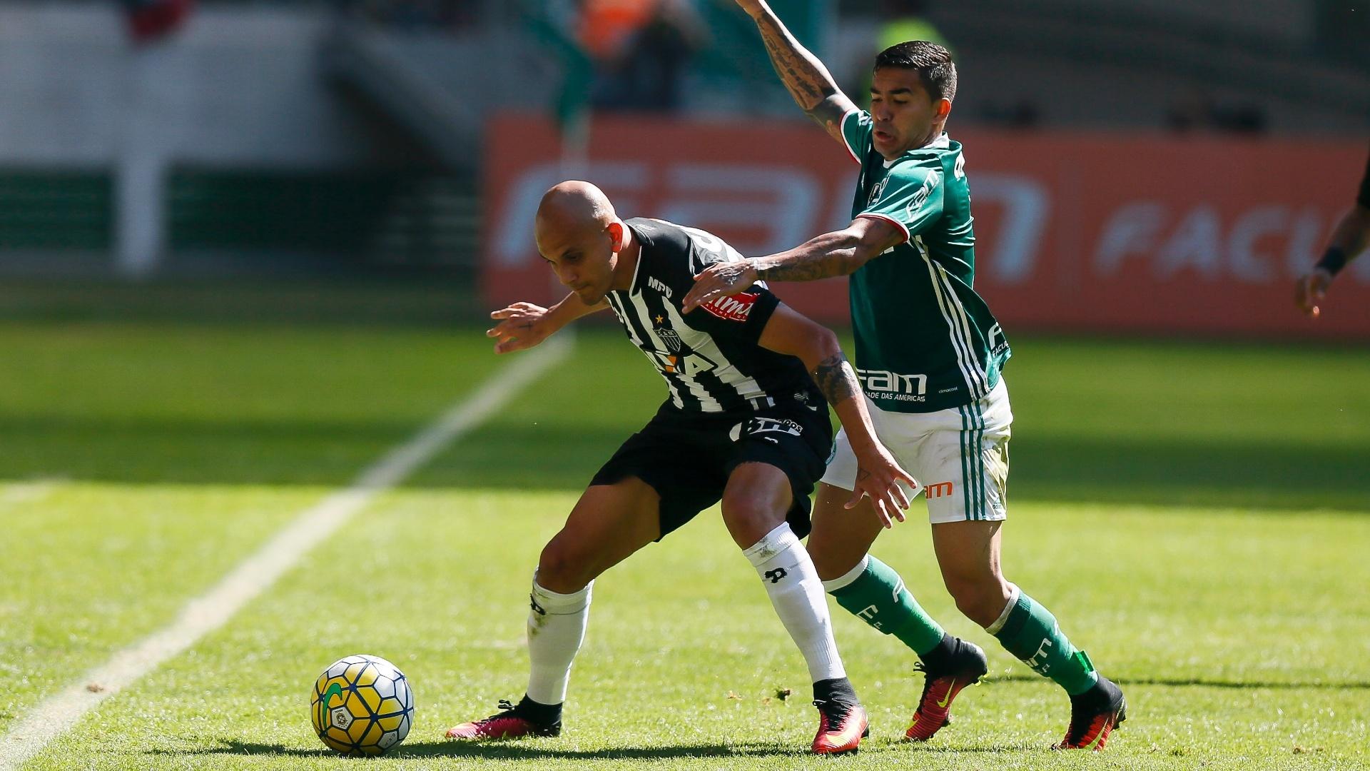 Fábio Santos e Dudu disputam jogada no meio-campo