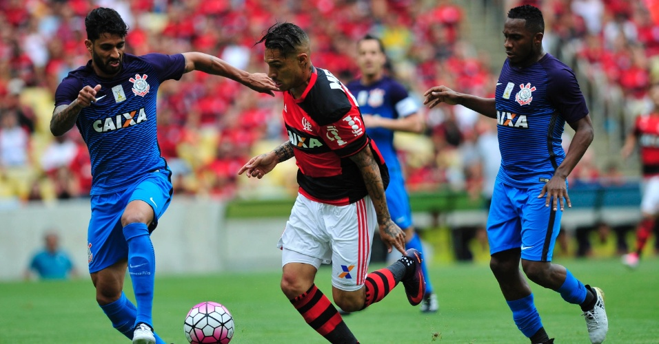 Guerrero, atacante do Flamengo, conduz a bola sob o olhar atento dos zagueiros corintianos