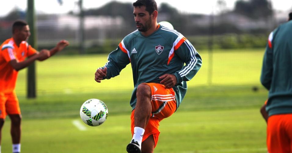 Diego Souza domina a bola durante treino do Fluminense