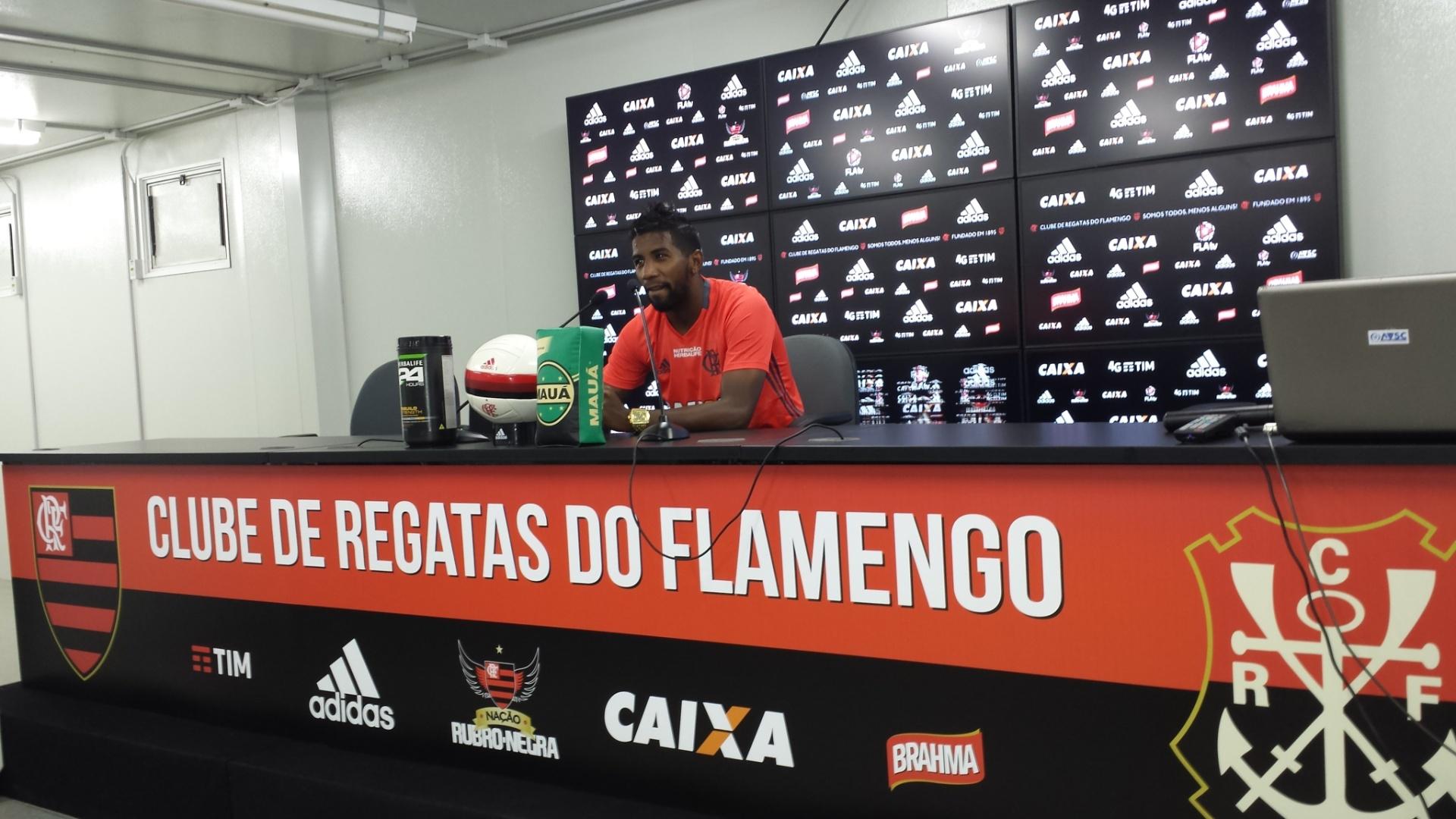 O lateral-direito Rodinei concede entrevista coletiva no CT Ninho do Urubu