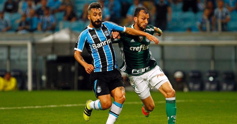 Douglas, do Grêmio, disputa a bola com o zagueiro Edu Dracena, do Palmeiras, em jogo na Arena Grêmio pelo Brasileirão