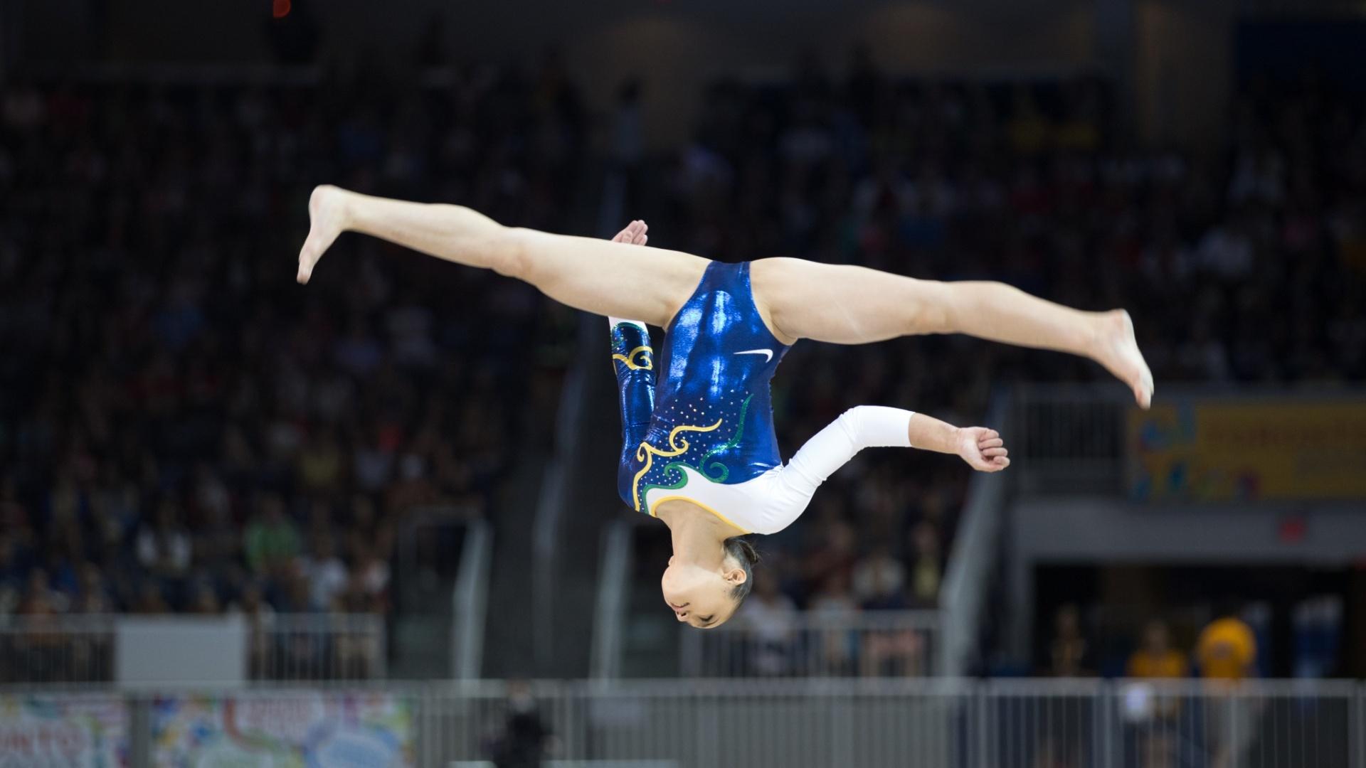 Julie Kim Sinmon se apresenta na final da trave da ginástica artística