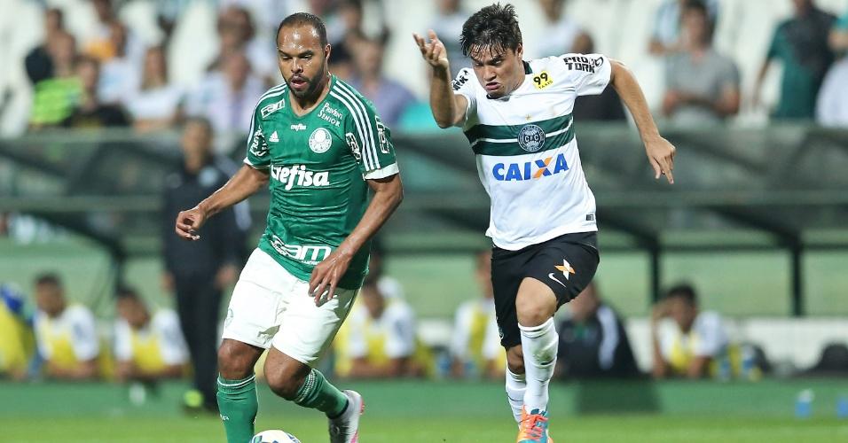 Henrique, do Coritiba, disputa bola na partida contra o Palmeiras no Campeonato Brasileiro