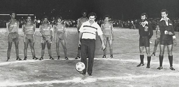 Pablo Escobar em campo que presentou aos moradores