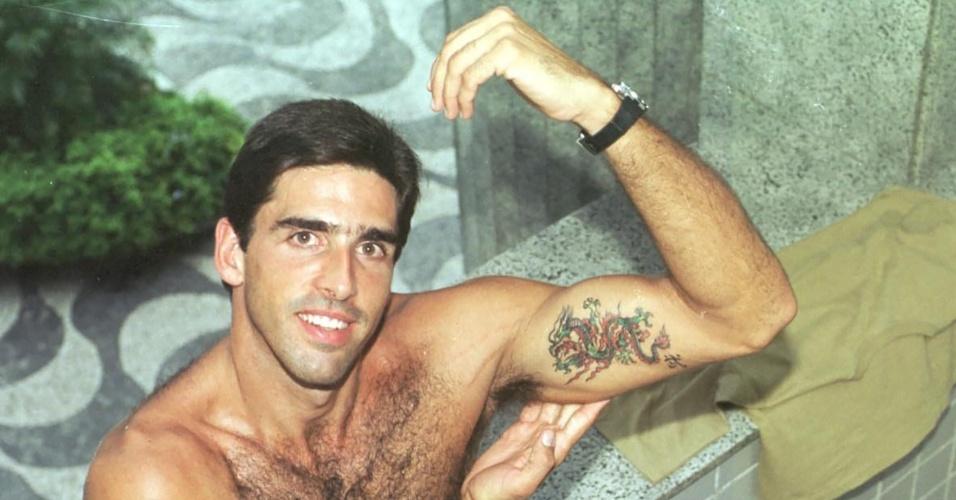 Giovane exibe tatuagem em foto do começo dos anos 2000