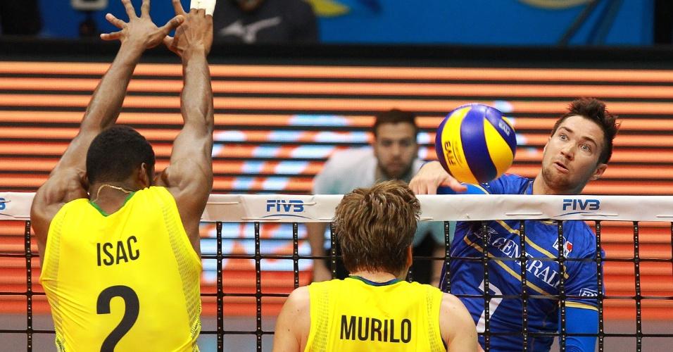 Isac (e) e Murilo sobem para tentar bloquear o ataque do francês Tillie em jogo da Liga Mundial no Rio