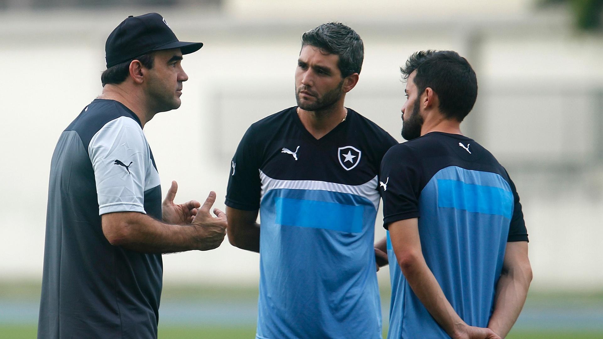 Uruguaios Bazallo e Navarro conversam com técnico Ricardo Gomes antes de treino do Botafogo