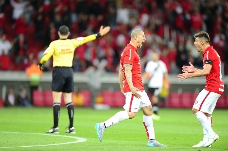 Nilton e Alex comemoram após gol do Internacional