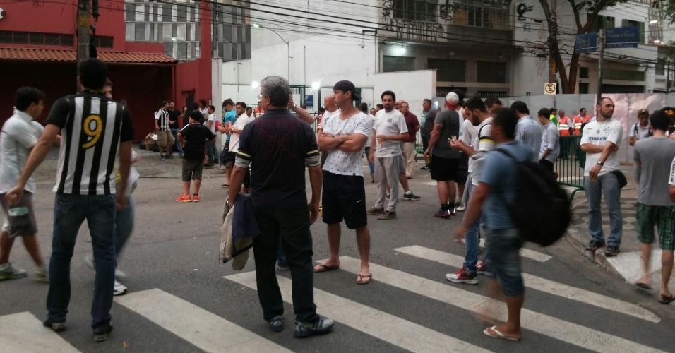 Em menor número, torcida do Santos se reúne antes da partida