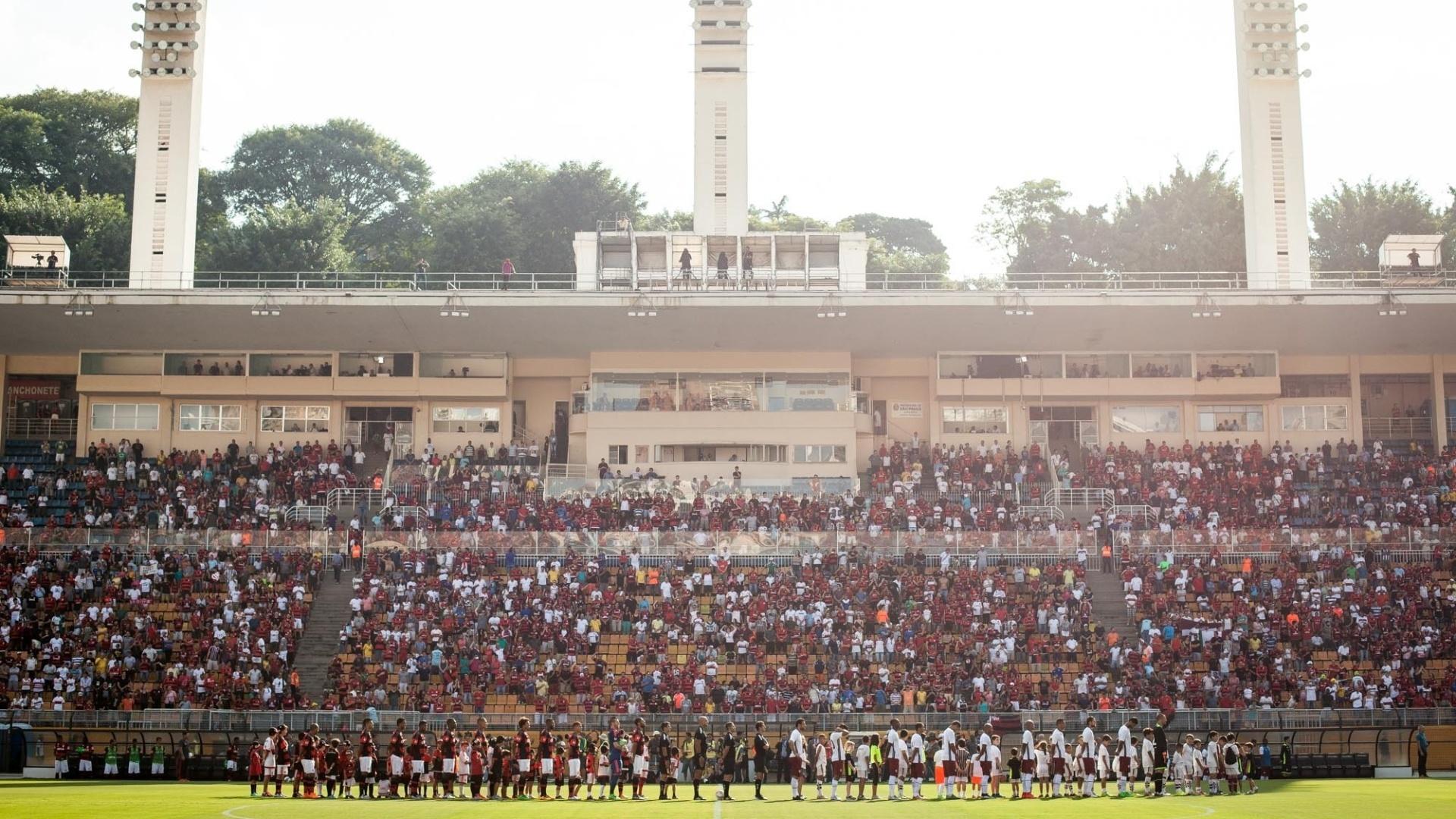 Jogadores de Flamengo e Fluminense se perfilam antes do início da partida no Pacaembu