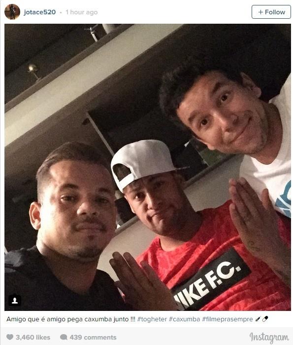 Neymar posa ao lado dos parças