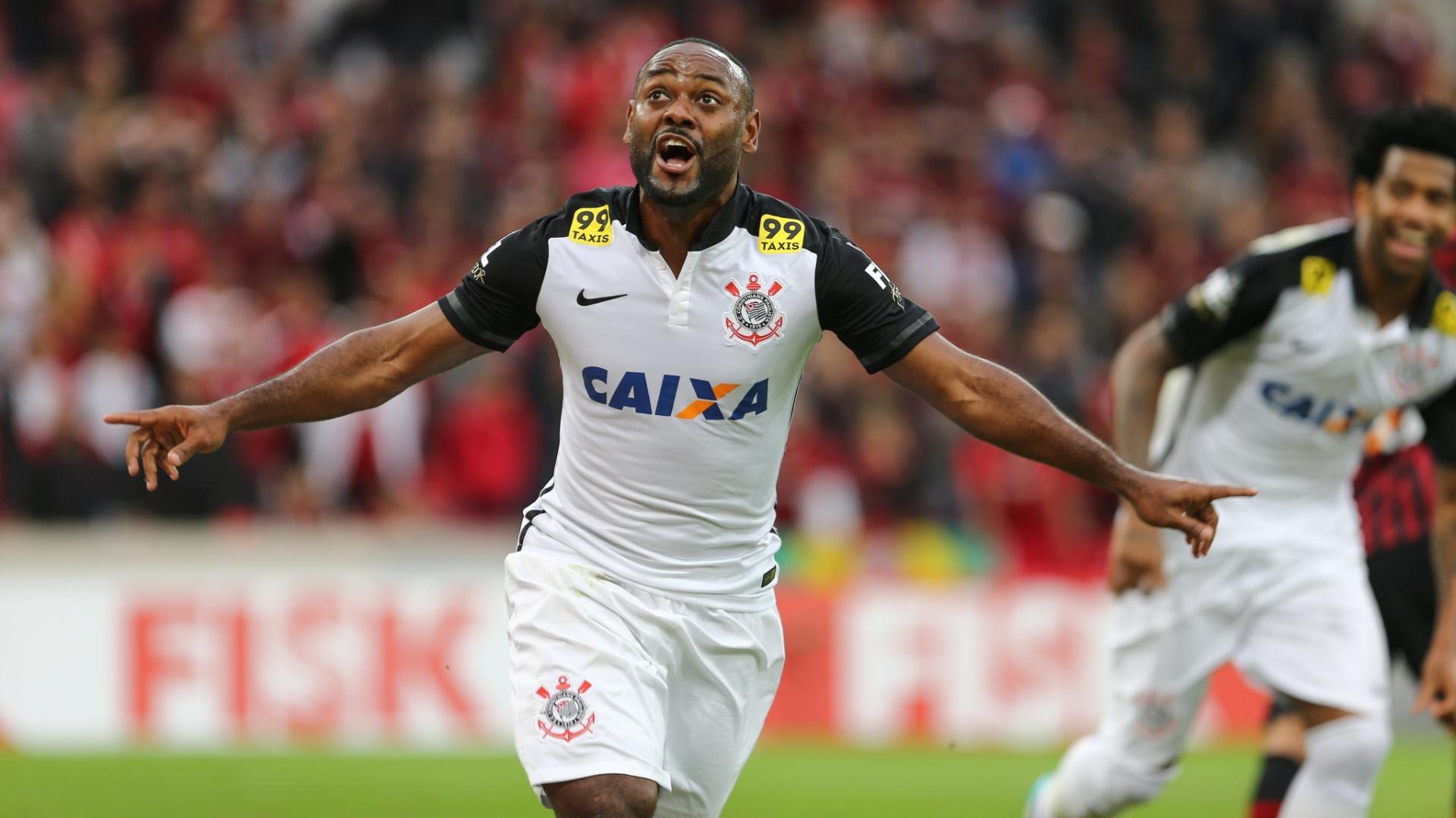 Vágner Love, do Corinthians, comemora após marcar o seu segundo gol durante partida contra o Atlético-PR pelo Brasileirão