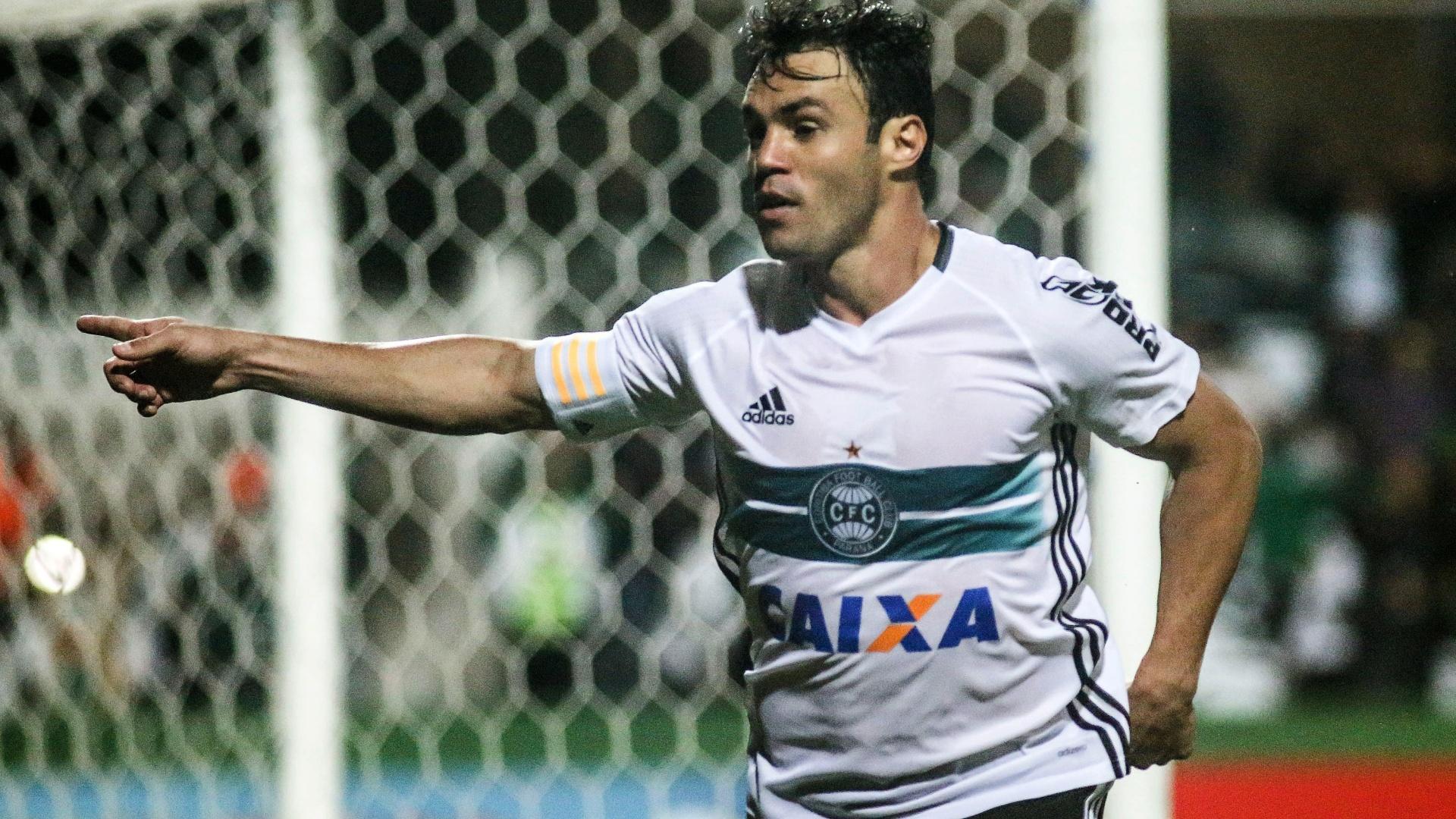 Kléber Gladiador comemora após marcar para o Coritiba contra o Cruzeiro pelo Campeonato Brasileiro