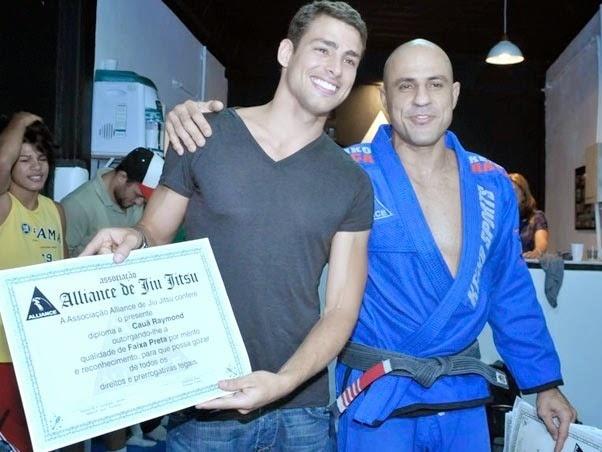 Cauã Reymond com o mestre Alexandre Paiva é diplomado em academia no Rio