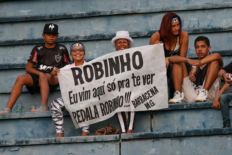 Torcedores do Atlético-MG levaram faixa para Robinho e certamente gostaram do que viram
