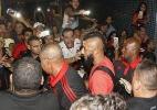 Desembarque do Fla tem chutes em ônibus e até tiro de bala de borracha - Gilvan de Souza / Flamengo