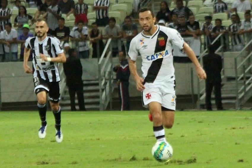 Nenê conduz a bola na partida Ceará x Vasco