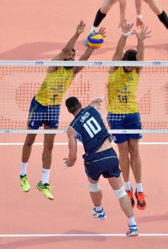 Lanza tenta passar pelo bloqueio brasileiro na partida desta sexta-feira