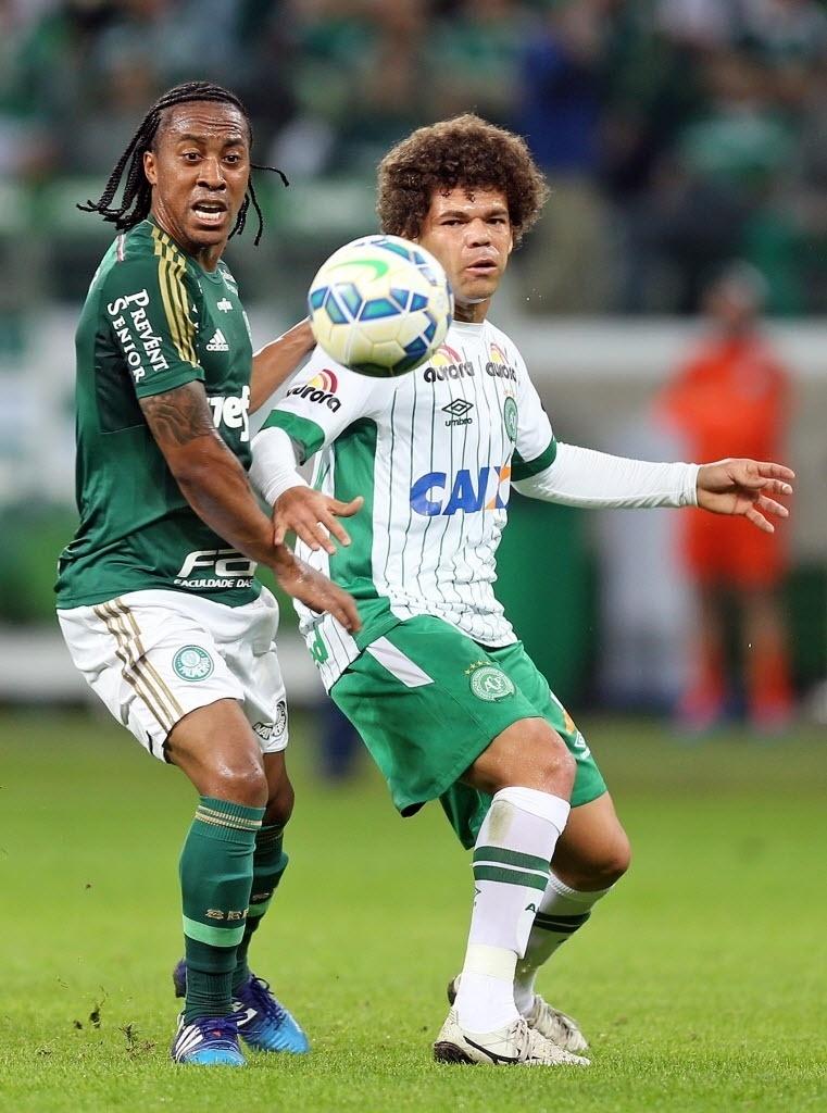 Arouca tenta evitar jogada da Chapecoense em jogo do Palmeiras