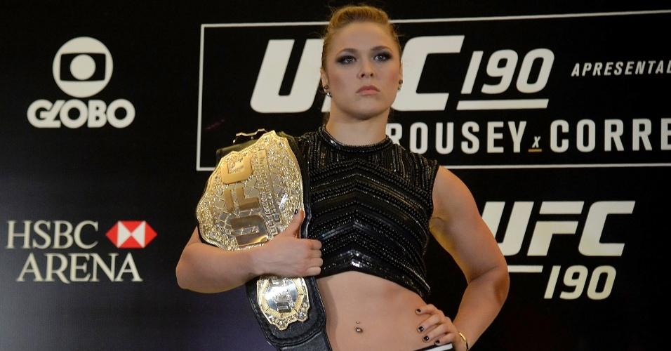 Ronda Rousey exibe cinturão dos galos feminino do UFC