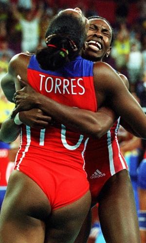 30.set.2000 - Regla Torres (de costas) e Mireya Luis comemoram vitória na final da Olimpíada de Sydney