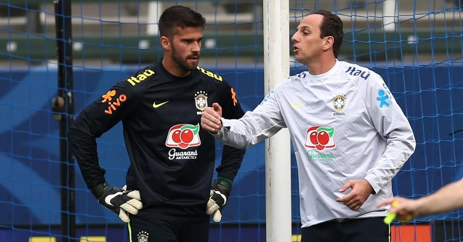 Rogério Ceni atuou mais com os goleiros no primeiro treino da seleção brasileira