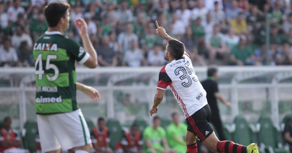 Diego comemora o seu gol na vitória do Flamengo sobre a Chapecoense