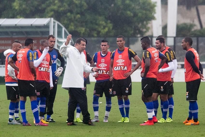 Celso Roth conversa com os jogadores em treinamento agitado em São Januário
