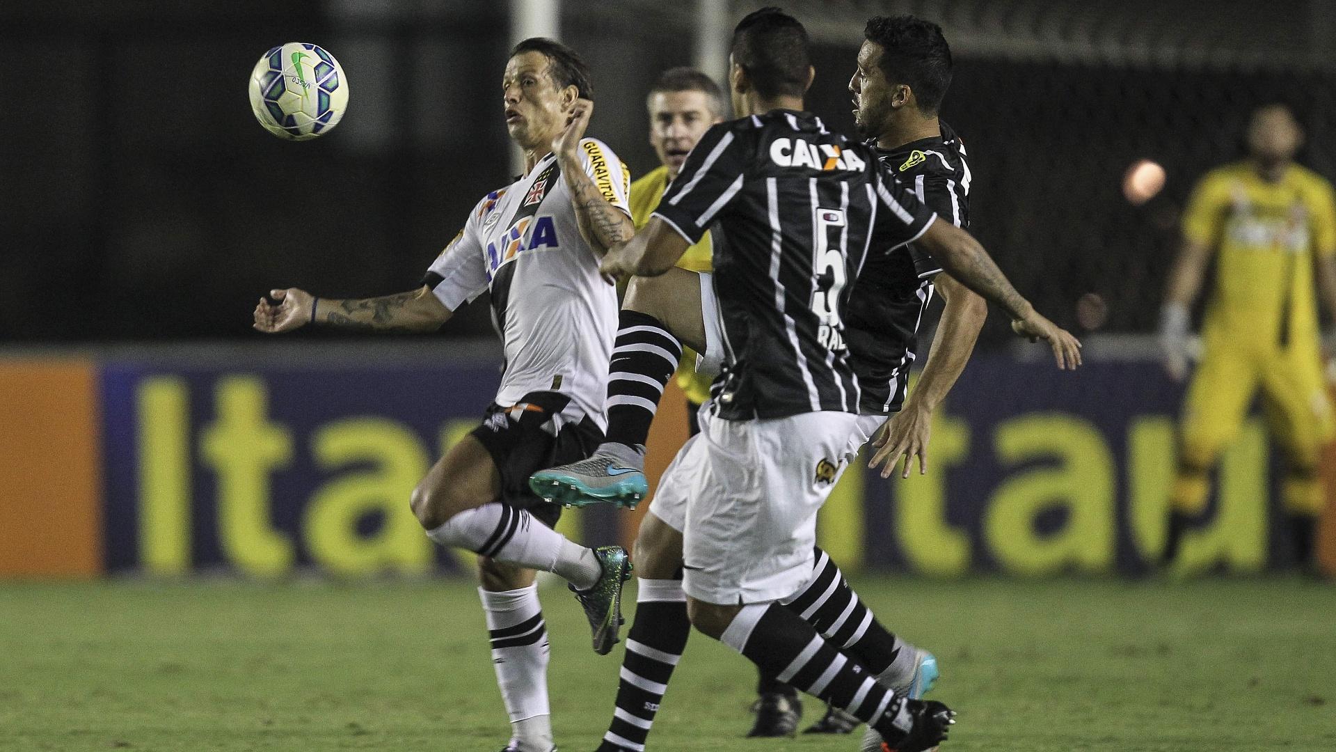 Diguinho disputa a bola com Ralf e Edilson na partida entre Vasco e Corinthians