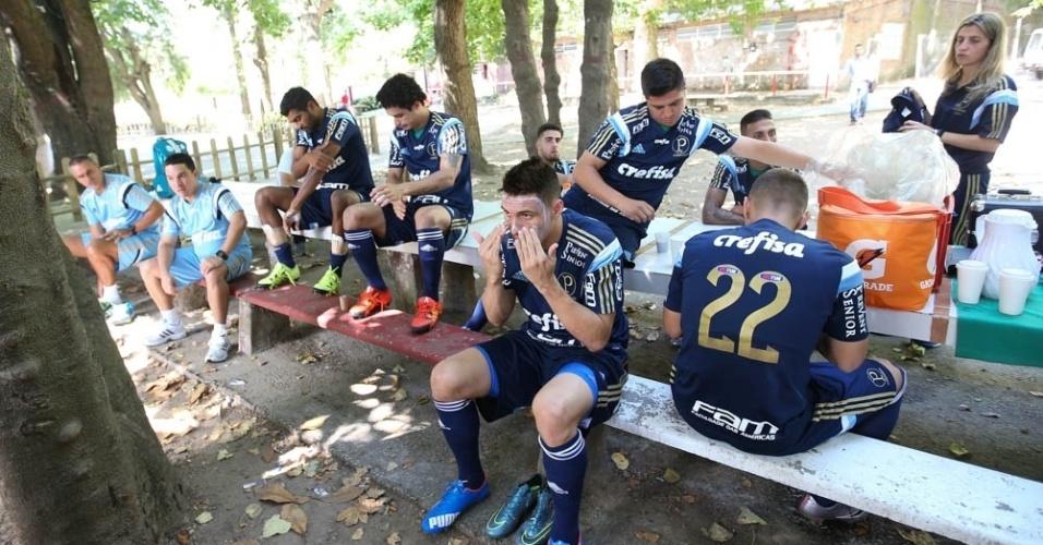 Jogadores do Palmeiras se protegem do sol na viagem ao Uruguai