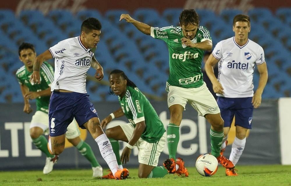 Lateral direito Lucas em lance da partida entre Palmeiras e Nacional-URU