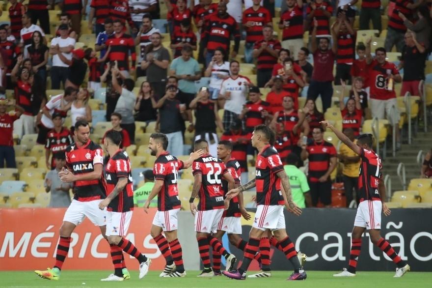 Jogadores do Flamengo comemoram gol de Gabriel diante do Coritiba no Maracanã