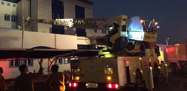 Bombeiros trabalham para conter incêndio em hospital de Jazan, na Arábia Saudita