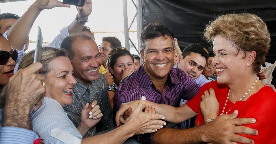 7.ago.2015 - A presidente Dilma Rousseff cumprimenta moradores durante cerimônia de entrega de 747 unidades habitacionais do programa Minha Casa, Minha Vida, em Boa Vista, Roraima. Na ocasião, a mandatária afirmou que