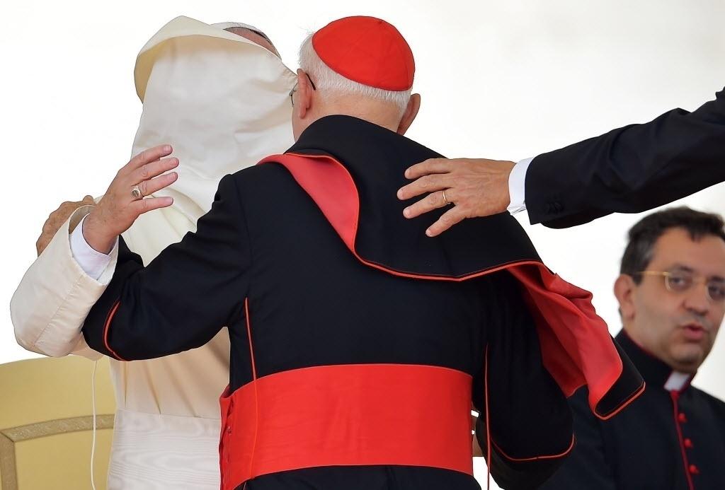 16.set.2015 - Apesar do vento, o papa Francisco recebeu cardeais durante a audiência geral semanal na praça de São Pedro, no Vaticano