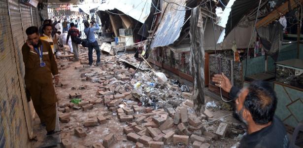 26.out.2015 - Mercado fica destruído após terremoto, em Sargodha, no Paquistão