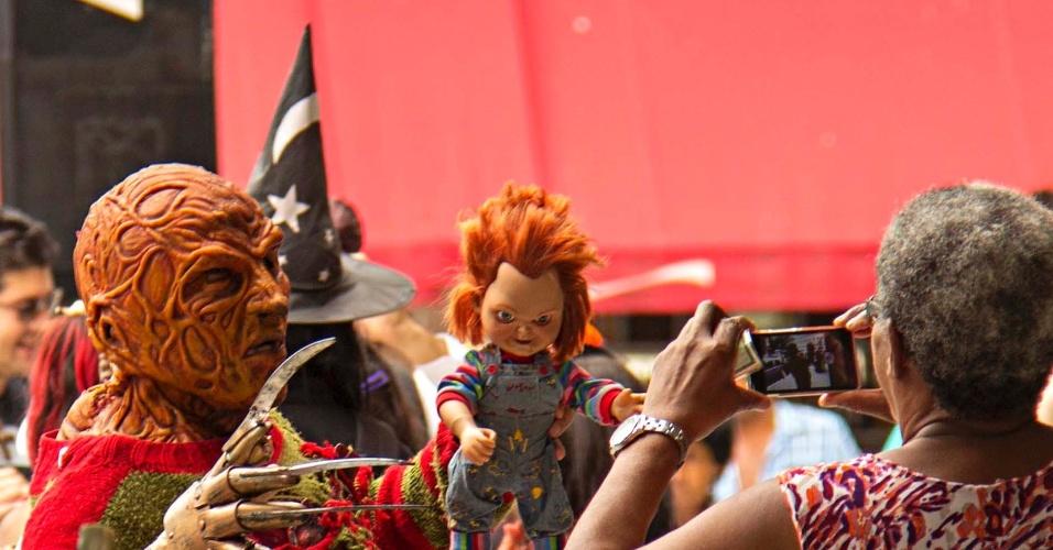 """2.nov.2015 - Concentração de """"zumbis"""" em frente à estação Anhangabaú do metrô, na região central de São Paulo. A Zombie Walk acontece desde 2006 na capital paulista no Dia de Finados"""