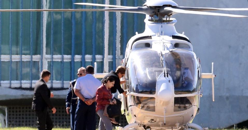 21.abr.2016 - A presidente Dilma Rousseff embarcou em um helicóptero nos jardins do Palácio da Alvorada, em Brasília. Ela seguiu para a Base Aérea, onde embarca para Nova York (EUA) para participar da assinatura do Acordo de Paris, na sede da ONU (Organização das Nações Unidas)