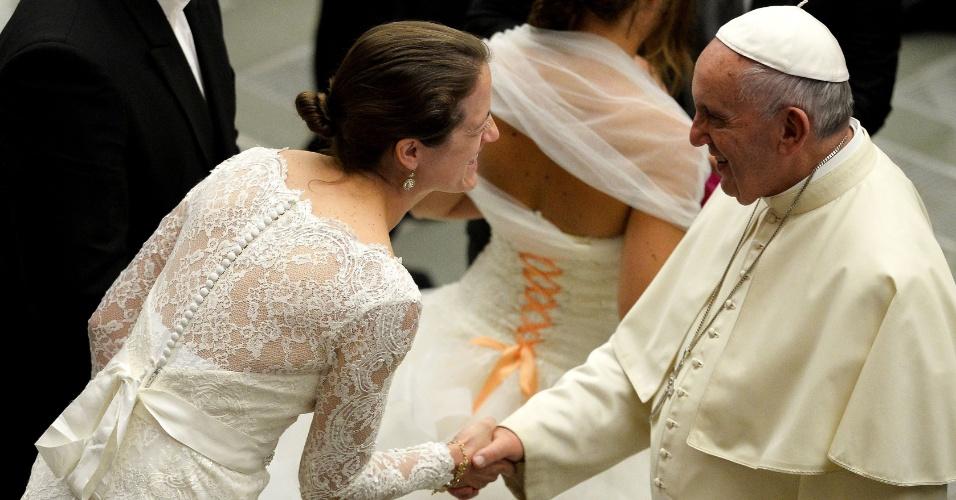 19.ago.2015 - Papa Francisco cumprimenta uma noiva recém-casada durante sua audiência semanal no salão Paulo VI, no Vaticano